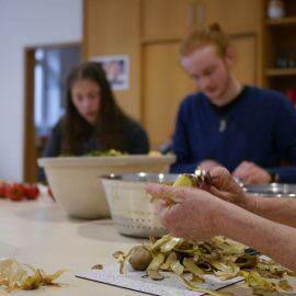Zu Beginn der Schnippeldisco wurde überlegt, was aus den geretteten Lebensmittel gekocht werden kann. Dann beginnen die Teams eifrig zu schnippel....