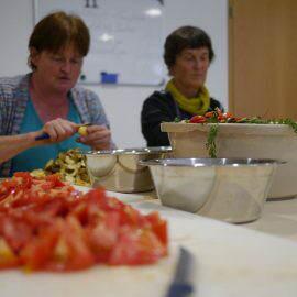 Gewissenhaft werden die Gemüse geschält und in passend große Stückchen geschnitten