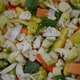 Die Zutaten für das Ofengemüse sind zubereitet: Blumenkohl, Möhren, Kartoffeln, Lauch, Knofi und mehr