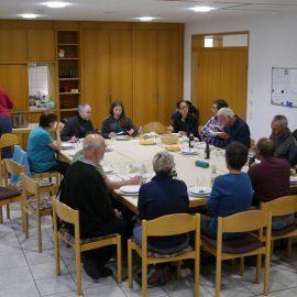An einem großen Tisch genießen die Schnippeldisco-Teilnehmer das mehr-gängige Menü
