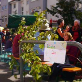 Beim PARKing Day gibt es Sitzbänke, Pfalnzen, Sonnenschirme, grünen Rasen und vieles mehr....