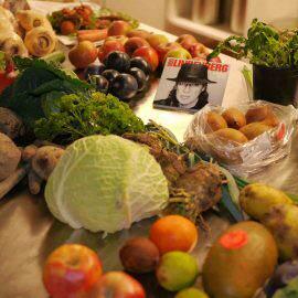 Bei der Schnippel-Disco werden zunächst die gesammelten und geretteten Lebensmittel auf einem Tisch ausgebreitet und gesichtet. Eine Musik-CD ist im Mittelpunkt