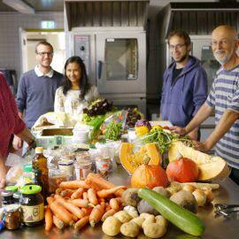 Die Aktiven der Schnippeldisco begutachten zunächst, welche geretteten Lebensmittel diesmal für das Menü zur Verfügung stehen
