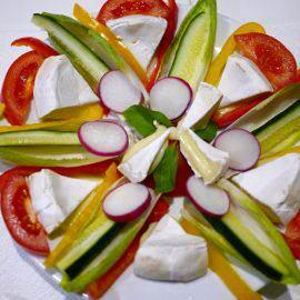 Ein schön dekorierter Salatteller lädt farbenfroh dazu ein, verspeist zu werden
