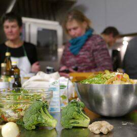 Brokkoli, Zwiebeln, Ingwer und andere Gemüse warten darauf, in der Schnippeldisco bei fetziger Musik verarbeitet zu werden