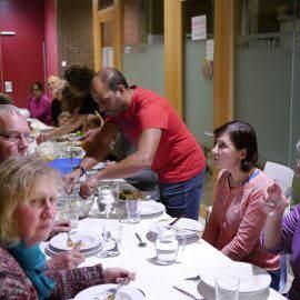 Nach dem Kochen erfreuen sich die aktiven Schnippler an den leckeren Speisen bei einem mehr-gängigen Menü