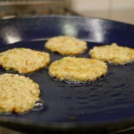 In der Pfanne mit Öl brutzeln Kürbis-Kartoffelpuffer goldbraun