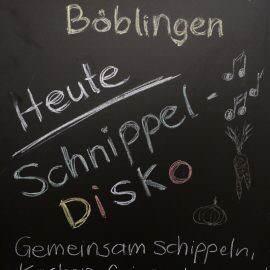 Einladungsschild der Schnippeldisco: Gemeinsam schnippeln, kachen, feiern und tanzen, URL www.essbare-stadt-bb.de