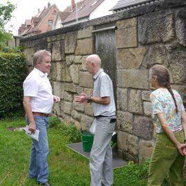 Umweltminister Franz Untersteller besucht die Essbare Stadt Böblingen und lässt sich wissbegierig erklären, was die Ziele der Initiative sind