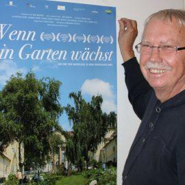 """Einladungsplakat """"Wenn ein Garten wächst"""", daneben einer der Organisatoren"""