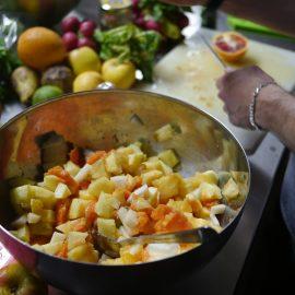 Wir bereiten verschiedene Gerichte vor: Salat, Ofengemüse, grüne Gemüse-Pfanne, Fruchtsalat und einen Topf mit roter Gemüse-Soße