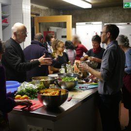 Die Telnehmer der veganen Schnippeldisco in Böblingen sind fleißig mit der Zubereitung der Gerichte beschäftigt und unterhalten sich angeregt