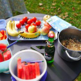 Beim veganen Brunch im Stadtgarten gibt es unter anderem Melone, frisches Obst und Porridge